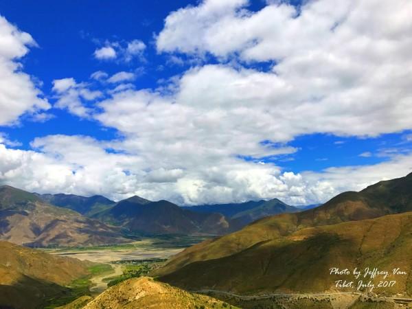 """dd89599903 然后伴随着一路爬坡翻过了好几个山口,我们就来到了西藏三大圣湖之一——羊卓雍措,海拔4400多米。在藏语中,""""措""""是湖的意思。三大圣湖中,珠峰线路只经过羊卓雍措,这  ..."""