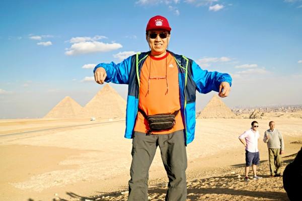 旅行社计划安排: 飞机与今日抵达开罗。今日行程安排,前往参观吉萨金字塔区,三大金字塔是世界古代建筑七大奇景之一,也是现今唯一所幸存的;接着来到人面狮身像; 吉萨金字塔区:这个区域内的第一座古夫金字塔曾是世界最高的建筑物,且长达五千年之久,又被称为大金字塔,而后哈夫拉金字塔、孟考拉金字塔依续建立,祖孙三代法老王的金字塔建立于同一条地平在线,搭配上湛蓝的天空与黄澄的荒漠,不论远观或是近看都令人叹为观止! 金字塔入内:我们特别安排您进入金字塔内部参观(视当时情形择第二座或第三座金字塔入内,如遇特殊状况无法入内