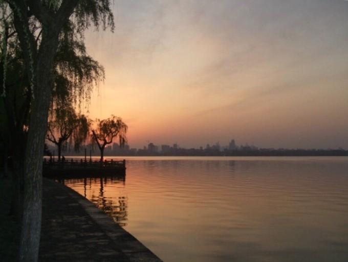 赶上难得的朝霞,在霞光的映衬下,清晨的西湖宁静中又多了几分妩媚