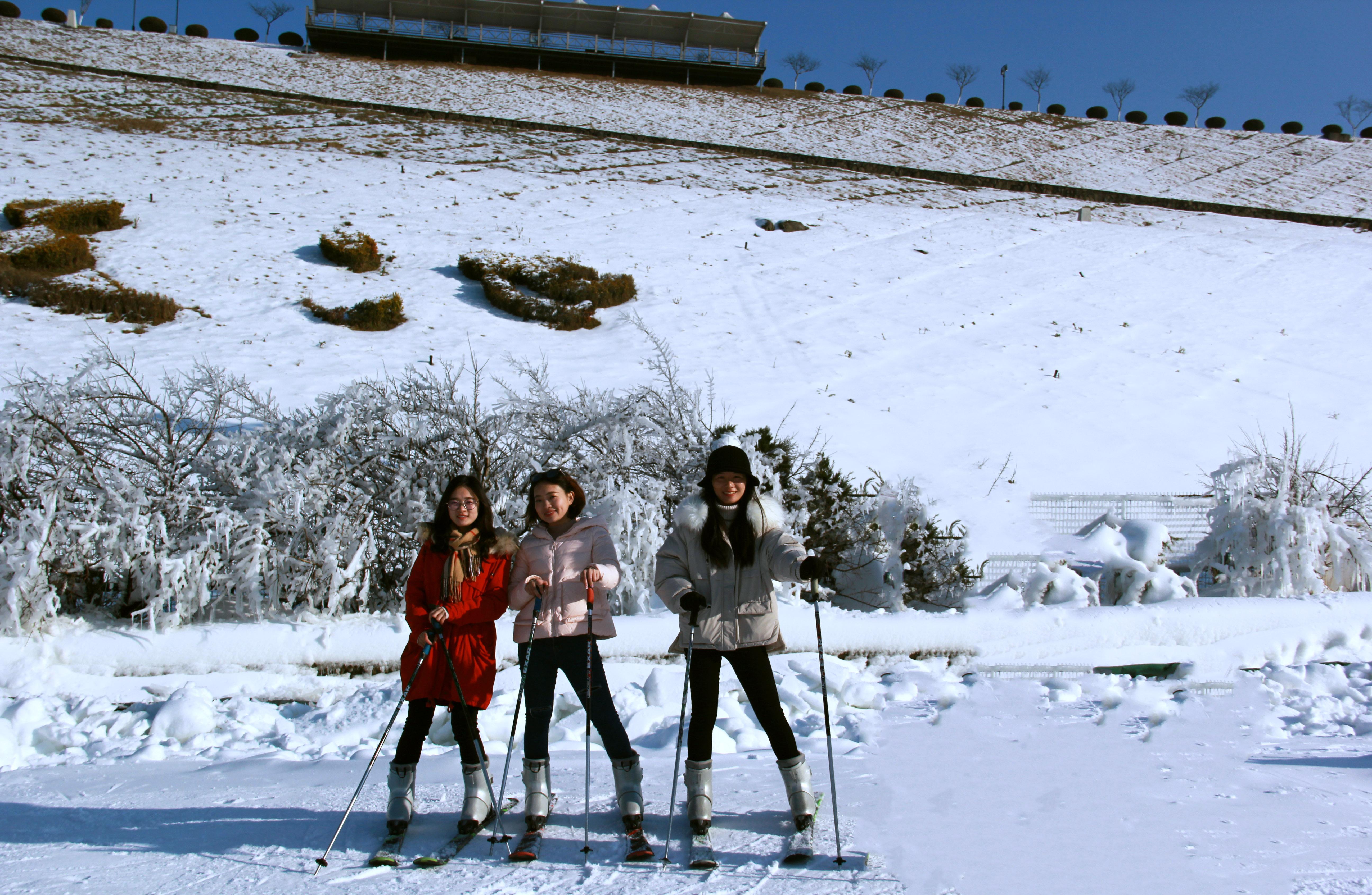 湖州安吉江南天池景区滑雪图片