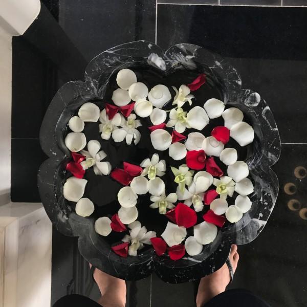酒店大堂水池中的花瓣,酒店工作人员会定期更换以保花瓣新鲜.