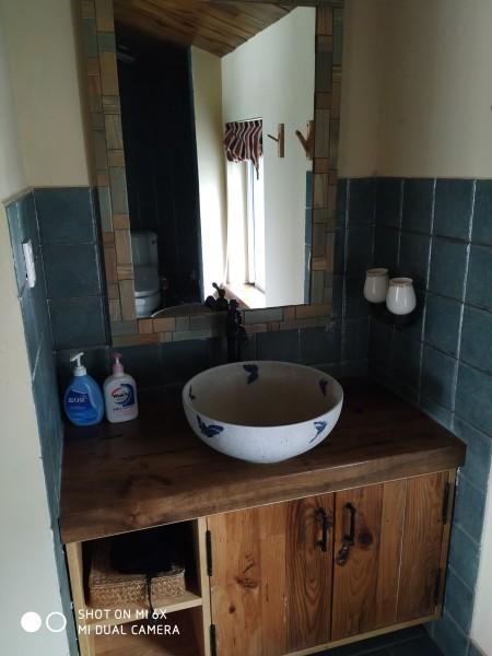 在你入住时会提供   杭州   手绘地图、一桶饮用水、一罐   龙井   茶,房间里有洗衣液是蓝月亮的,洗手液是威露士的,座便盖是松下智能的