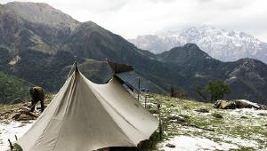在喜马拉雅山间露营