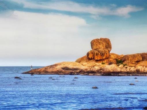 耸立在海边的巨大岩壁有一个巨大的五指手印印在上面视为一种奇观图片