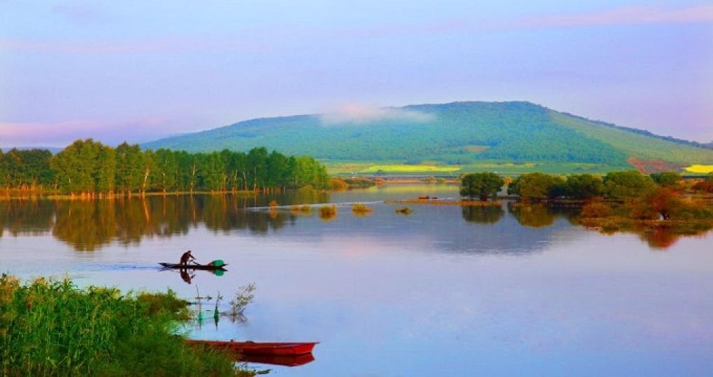 雁鸣湖镇自然风光独特,气候宜人,雁鸣湖依托长白山、镜泊湖等周边地区的高品位旅游资源,成为长白山—镜泊湖