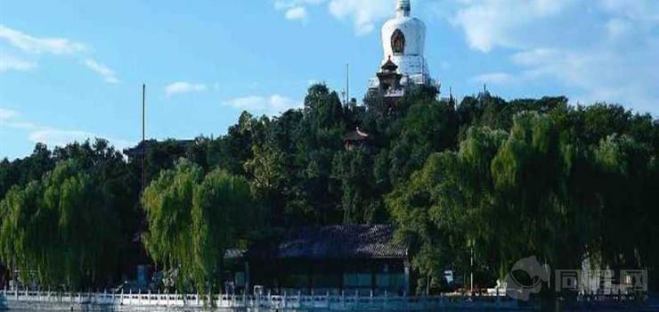 北京北海公园北岸龙舟环湖游