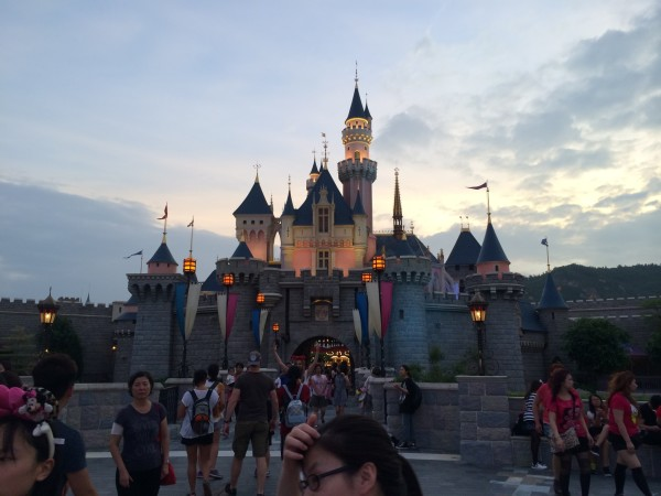 """标志性建筑""""睡美人城堡"""",晚上的烟花就是在这儿观看的."""