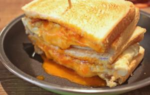 【三重郡图片】【新北。三重】慢火炭烤 X 独门腌制,匠心制作人气排队美食~饿店碳烤吐司。