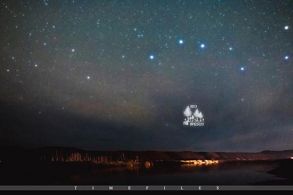 举着三脚架来到界河边 最美夕阳的树下,开始拍摄星空 远山上,开心的人